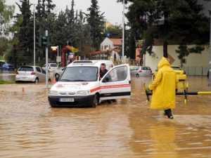 Μαμά, όταν βρέξει, θα πνιγούμε πάλι; Δραματική παρουσία κατεστραμμένων κατοίκων στο Δημοτικό Συμβούλιο